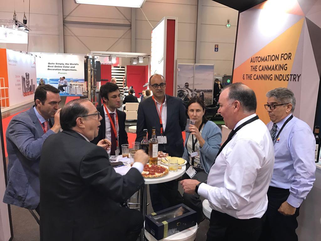 Comerciales y clientes en el aperitivo en Metpack 2017